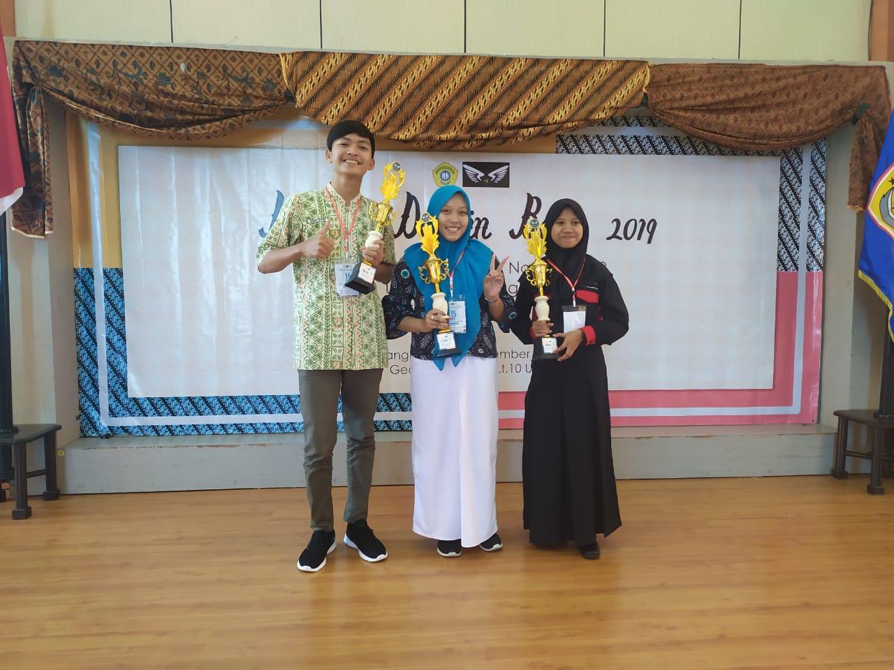 Ghina Zhavira Juara II Lomba Desain Batik Di UTM